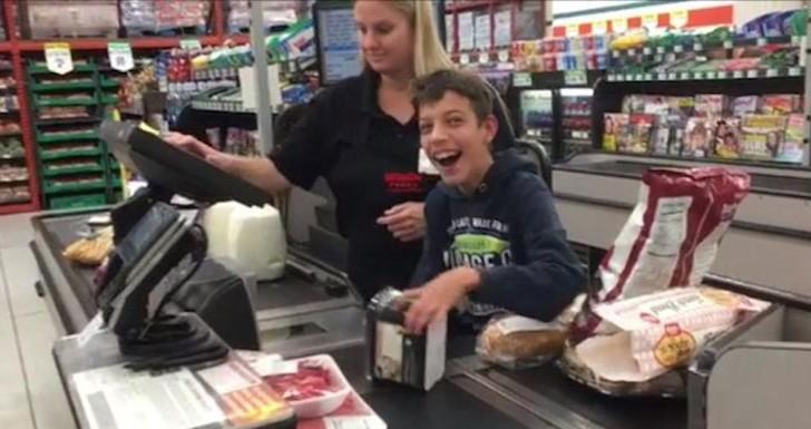 El dulce gesto de una cajera con un niño con parálisis cerebral