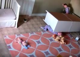 Impresionante video muestra una cómoda cae encima de gemelos de 2 años; su madre hace advertencia a los demás padres