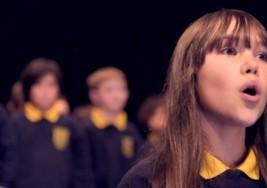 """Niña con autismo conmueve al cantar """"Hallelujah"""""""
