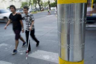 Las chapas que están en los postes orientan a los ciegos