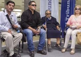 Cruces por un subsidio para un asociación de ciegos