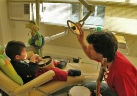 Combaten sordera con terapia musical