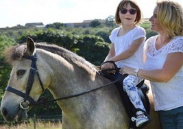 Sophie Wade, la niña de 9 años con parálisis cerebral que volvió a caminar gracias a un poni