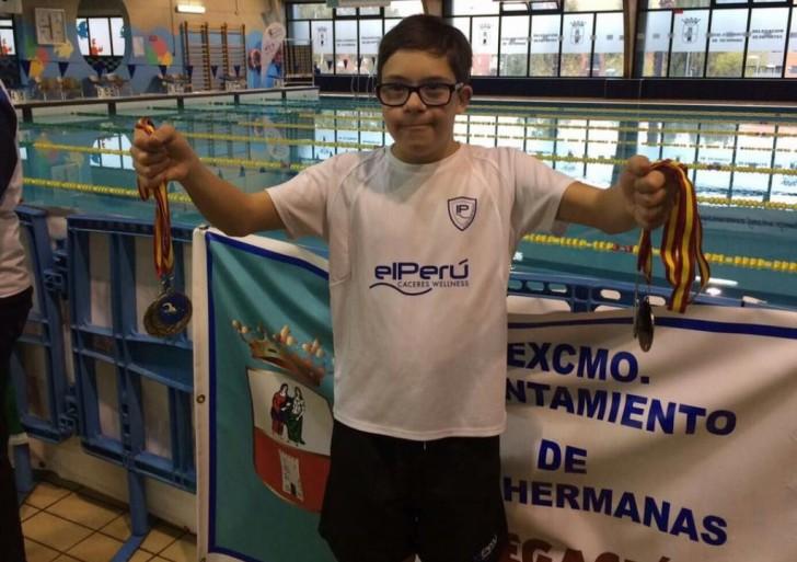 Un niño con síndrome de Down, recibido como un héroe por sus éxitos en natación