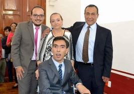 Joven con parálisis cerebral se gradúa con honores en Puebla