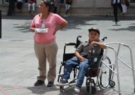 Madre ejemplar dedica su vida a su hijo con parálisis cerebral