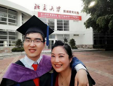 Madre ayuda a hijo con parálisis cerebral a entrar a Harvard