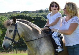 Sophie, la nena que se recuperó de una parálisis cerebral gracias a su pony