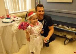 Niña de 4 años enferma con cáncer cumple su sueño de casarse con su enfermero favorito