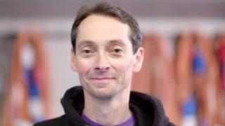 El hombre que se recuperó de esclerosis múltiple, una enfermedad incurable, con un tratamiento experimental con células madre