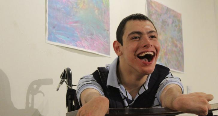 Exposición paisaje interior de joven con parálisis cerebral