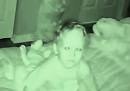Su bebé les dijo que alguien lo hablaba por las noches, luego sus padres descubren la escalofriante verdad