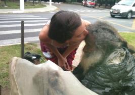 Ella veía a este hombre cada día en la calle; un día él le da una nota y su vida cambia para siempre