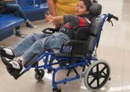 Naucalpan entrega silla especial a niño con parálisis cerebral