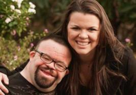Una joven con síndrome de Down recibe una sorpresa luego de sobrevivir a un incendio