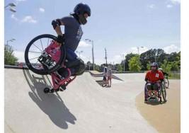 Patinar en silla de ruedas, una opción para divertirse