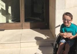 Iker, de 5 años y con parálisis cerebral, dona sus ahorros a la investigación de otro niño con enfermedad rara