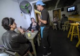 Oír con los ojos, hablar con las manos: Colombia abre el primer bar para personas sordas
