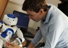 Por qué este robot logra que un niño autista mire a los ojos