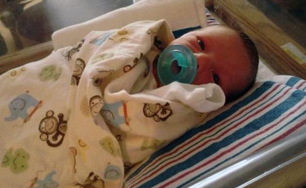 Madre primeriza mata a su bebé recién nacido en el hospital tras gravísimo ERROR de una enfermera