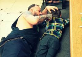 Nadie entiende por qué este peluquero se tira al piso arriba del niño, pero el motivo hace furor en internet