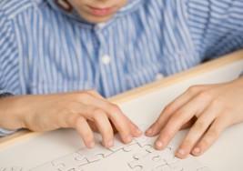 ¿Mi hijo 'es autista' o 'tiene autismo'?