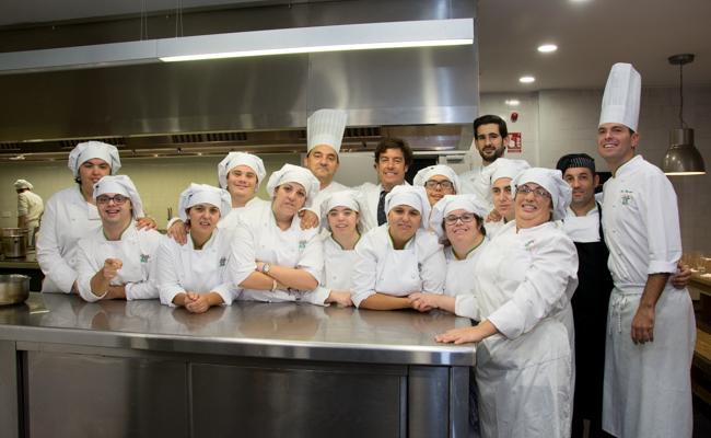 Cocineros con s ndrome de down se titulan en la escuela de hosteler a todos somos uno - Curso cocina sevilla ...