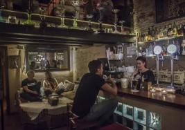 El reclamo de este bar no es que los meseros sean sordos