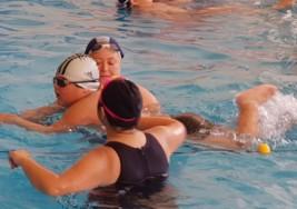 A través de la natación incentivan el desarrollo de chicos con autismo