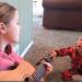 Un niño con síndrome de Down consigue hablar gracias a una canción que le canta su hermana