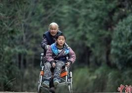 Cuida a su nieto con parálisis cerebral cumpliendo un sorprendente ritual diario