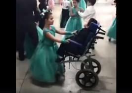 Una niña brasileña elige a su hermano con parálisis cerebral como pareja de baile y se viraliza en las redes