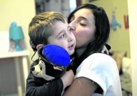 Un niño sordo de nacimiento y una mujer que perdió el oído casi por completo relatan sus vivencias tras recuperarla audición con un implante coclear