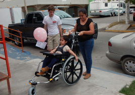 Entregan sillas especiales a niños con parálisis cerebral