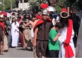 VIDEO: Niño con Síndrome de Down protegió a Jesús durante viacrucis