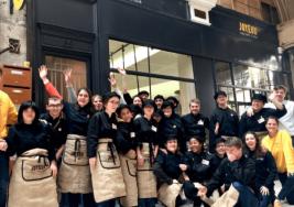 Personas con síndrome de Down atienden a un restaurante en París