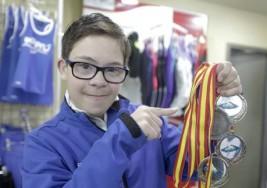 Este es Guille, el campeón de natación con Síndrome de Down, recibido como un héroe en su cole