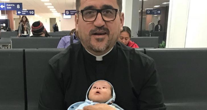 Sacerdote adopta bebé huérfano con síndrome de Down y le brinda un nuevo hogar