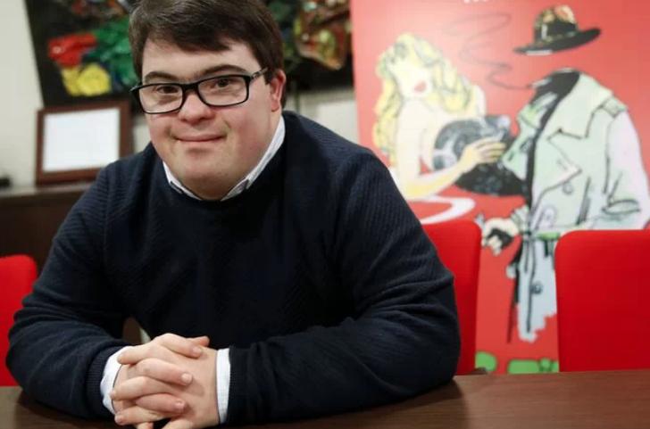 Un joven con síndrome de Down logra una plaza de conserje en el Parlamento