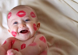 Cuida que no besen a tu bebé recién nacido y evitarás que contraiga éstas peligrosas enfermedades