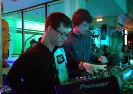Carlos, un joven con síndrome de Down, logra su sueño de ser DJ