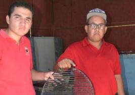Jóvenes con autismo elaboran y venden asadores de fierro