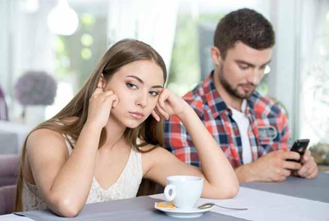 ¿Tu pareja le pone más atención al celular que a ti?