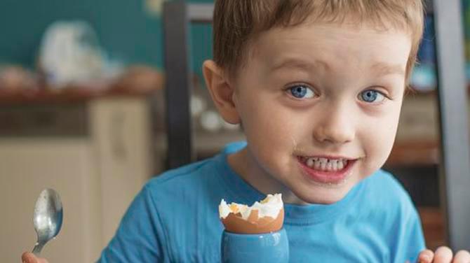 ¿A qué edad pueden comenzar a comer huevo los bebés?