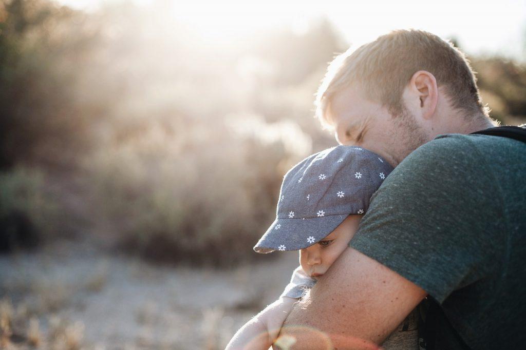Rafa Esteve es el autor de «Guía urgente para padres primerizos», donde relata con humor su vivencia como padre novato