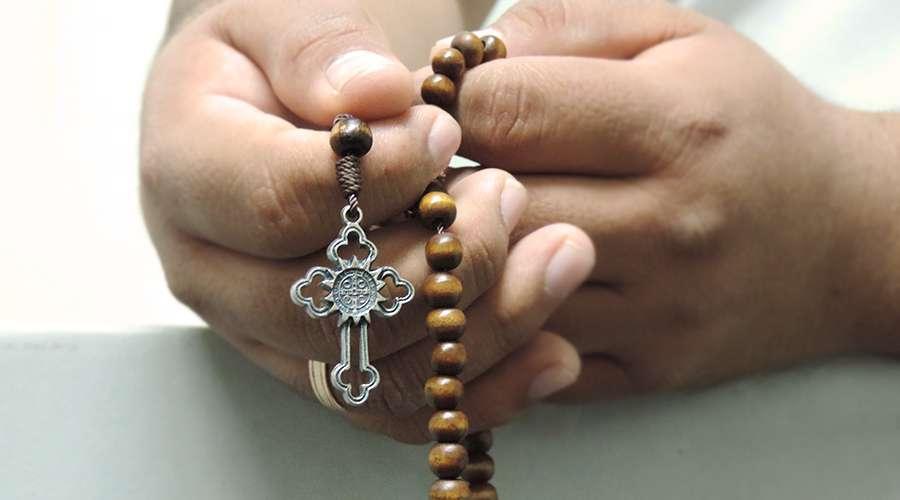 Los 2 errores más habituales de quienes rezan el rosario