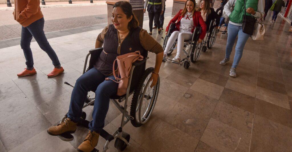 Apoyan a joven de bajos recursos con discapacidad