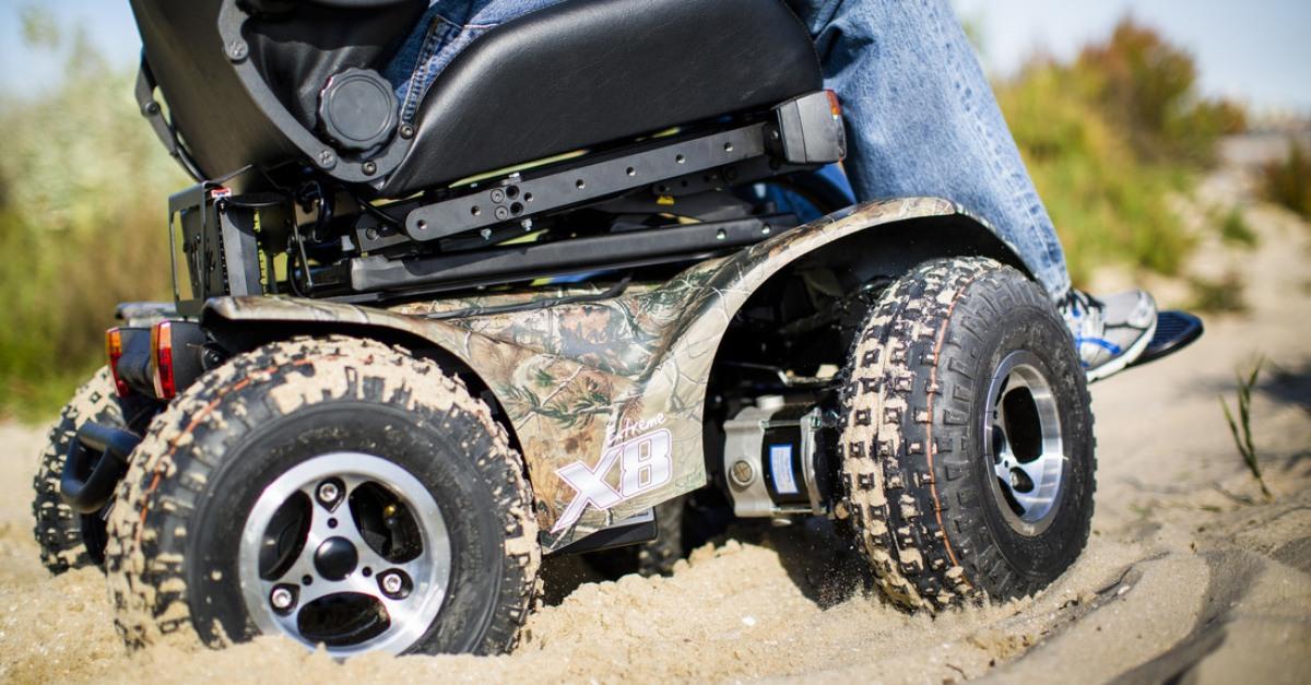 """Desarrollan ingenieros poblanos silla de ruedas eléctrica """"todo terreno"""""""