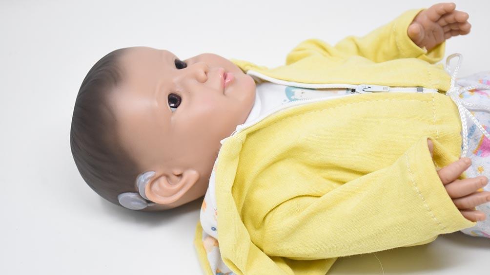 Eli, un muñeco para concientizar sobre la sordera