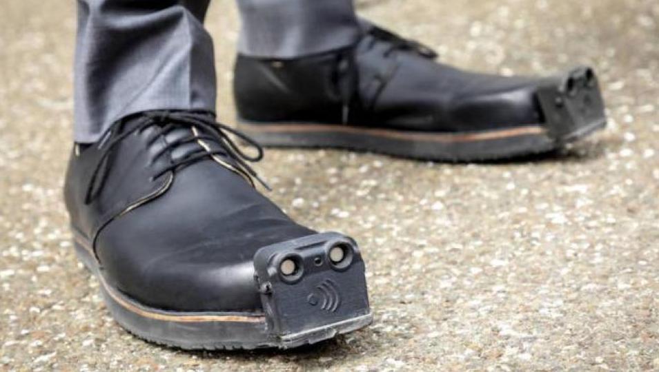 """Así son los zapatos """"inteligentes"""" para personas con discapacidad visual"""
